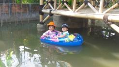 Bermain sampan di kolam
